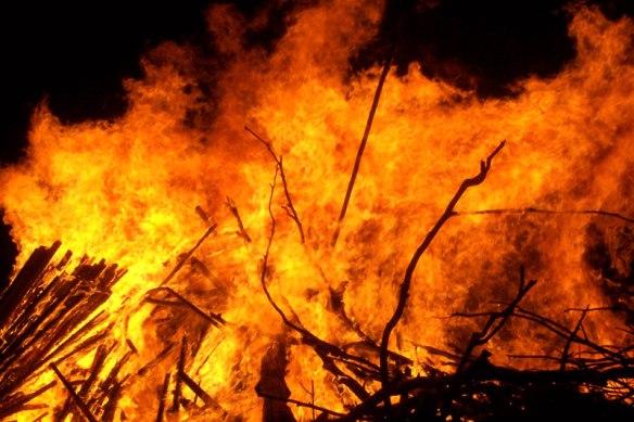 Large_bonfire